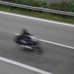 Motorrad prallt frontal gegen Auto