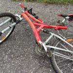 Motorrad kracht mit Fahrradfahrer zusammen