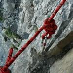 Frau gegen Felswand geschleudert – verletzt