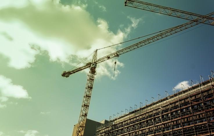 Überetsch: Arbeiter stürzt zwei Meter ab
