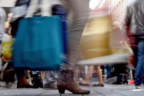 Konsum, Shopping, Weihnachten, Einkauf, Kaufrausch, tüten, Wirtschaft und Finanzen