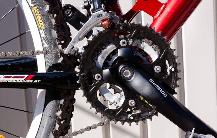 E-Biker stürzt über Böschung