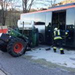 Ein Verletzter bei Unfall zwischen Traktor und Bus