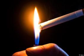 Zigarette, Feuerzeug, anzünden, rauchen