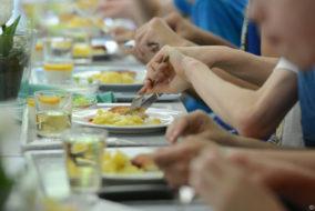 kantine, essen, teller, schule, gläser, hand, hände, Glas, Besteck, sch