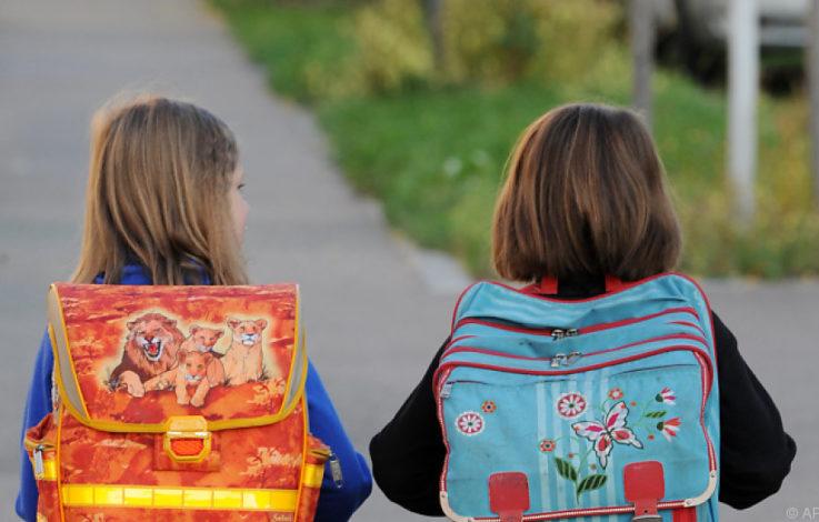 Mann tritt Mädchen (8) auf Schulweg in den Bauch