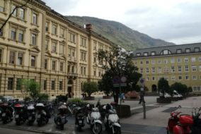 Südtiroler Landtag_Plenarsaal_SIlvius Magnago-Platz