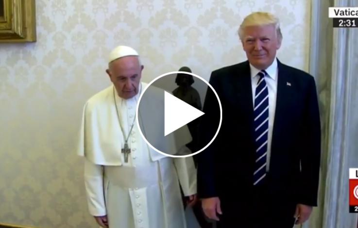 Witzig: Papst haut Trump auf die Finger – VIDEO
