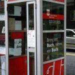 """Grüne machen aus alter Telefonkabine ein """"Bücherregal"""""""