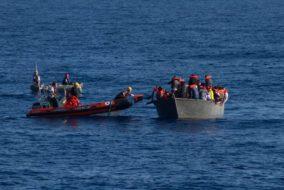 Bootsflüchtlinge_Boot_Mittelmeer_Flucht_NGO_Hilfsorganisationen