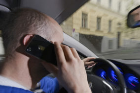 fuehrerschein_auto_handy_smartphone_autofahren
