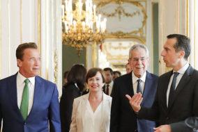 """ABD0063_20170620 - WIEN - ÖSTERREICH: (v.l.) Arnold Schwarzenegger, Doris Schmidauer, Bundespräsident Alexander Van der Bellen und Bundeskanzler Christian Kern (SPÖ) am Dienstag, 20. Juni 2017, anlässlich des """"Austrian World Summit"""" in der Hofburg in Wien. - FOTO: APA/BKA/ANDY WENZEL - ++ WIR WEISEN AUSDRÜCKLICH DARAUF HIN, DASS EINE VERWENDUNG DES BILDES AUS MEDIEN- UND/ODER URHEBERRECHTLICHEN GRÜNDEN AUSSCHLIESSLICH IM ZUSAMMENHANG MIT DEM ANGEFÜHRTEN ZWECK UND REDAKTIONELL ERFOLGEN DARF - VOLLSTÄNDIGE COPYRIGHTNENNUNG VERPFLICHTEND ++"""