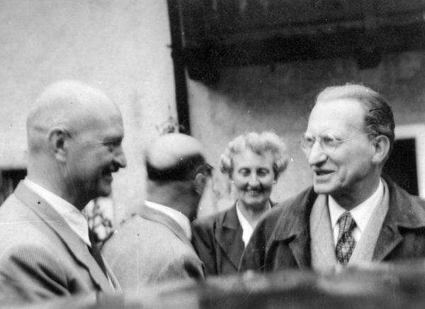 Moser begrüßt De Gasperi vor seinem Haus