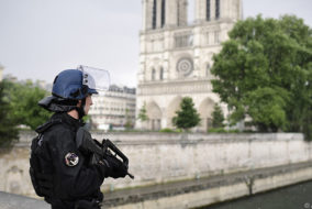 A French police officer holds a weapon as he stands near the entrance of Notre-Dame cathedral in Paris on June 6, 2017. .Anti-terrorist prosecutors have opened a probe after police shot and injured a man who had tried to attack an officer with a hammer outside Notre Dame cathedral. The officer was slightly injured in the attack outside the world-famous landmark in central Paris. One of his colleagues responded by shooting him, wounding the attacker, whose motives were not immediately known, according to a police source... / AFP PHOTO / Martin BUREAU