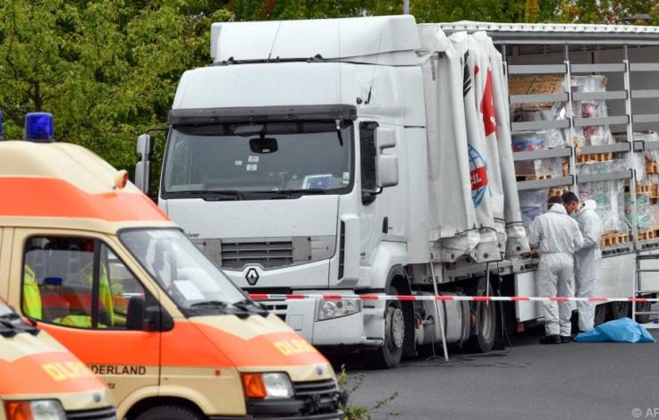 Kinder unter ihnen | Schleuser-Lastwagen mit 51 Menschen auf A12 gestoppt