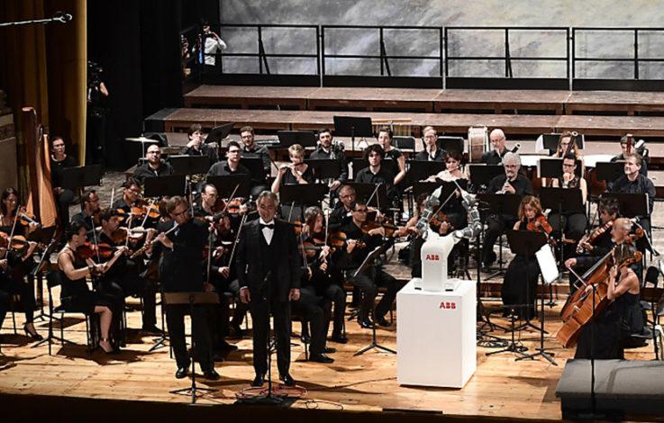 Roboter dirigiert ganzes Orchester