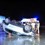 Gegen Straßenlaterne gekracht: Unfallfahrer ergreift die Flucht