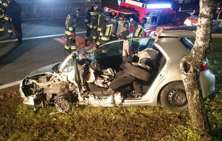 Auto prallt gegen Mauer – drei Verletzte