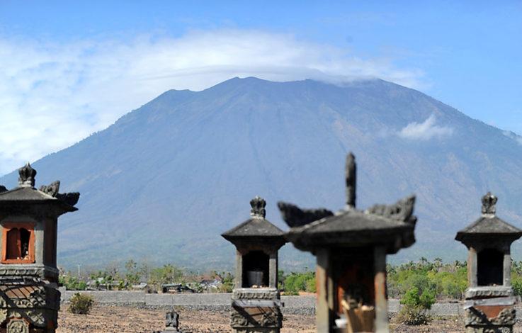 Vulkan brodelt auf Bali – Mehr als 14.000 Anrainer fliehen