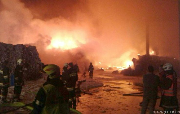 Ermittlungen nach Großbrand bei Entsorger laufen