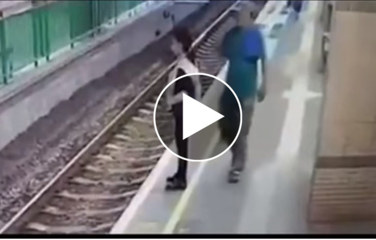 Ohne Grund: Mann stößt Frau auf Gleise