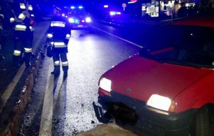 Auto prallt gegen Bordstein