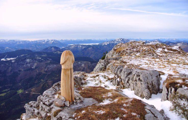 Österreicher rätseln über Holz- Penis auf Berggipfel