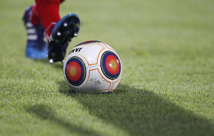 Beim Fußballspiel die Schulter ausgerenkt