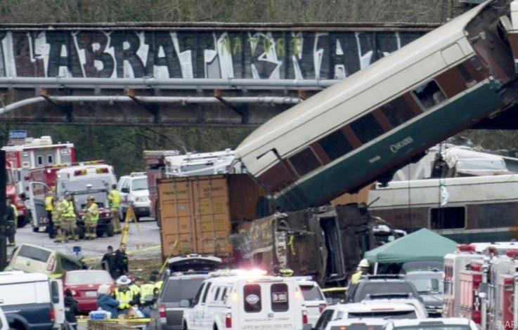 Zug stürzt auf US-Autobahn: Drei Tote und viele Verletzte