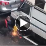 Mann flext Radklammer auf, dann kommt die Polizei – VIDEO