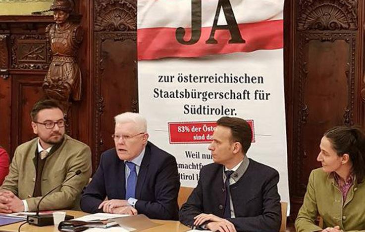 Werner Neubauer mit Südtiroler Vertretern bei der Pressekonferenz in Bozen