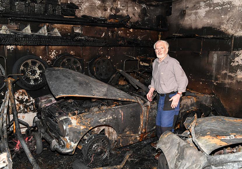 Im Bild: Herr Niederkofler aus Baumkirchen in seiner ausgebrannten Garage, wo ein Mercedes,Kia und der Oldtimer MG Midget augebrannt sind.