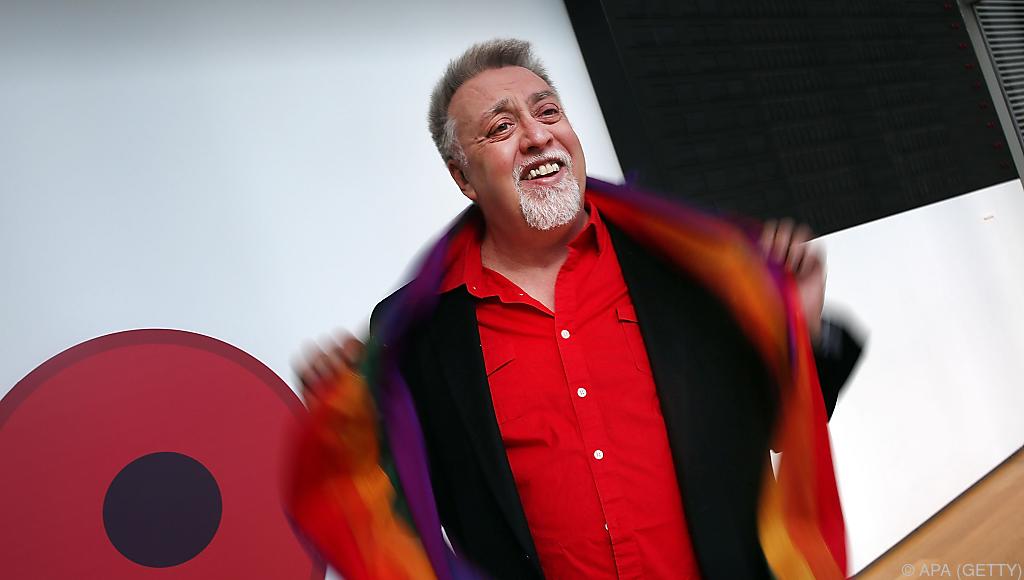 der Designer Gilbert Baker die Regenbogen-Fahne für den Gay Freedom