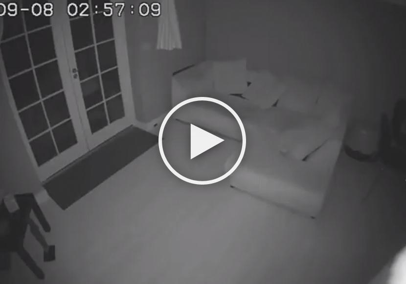 Eine Familie Hat In Ihrem Haus Eine Überwachungskamera Installieren Lassen,  Um Einbrecher Auf Frischer Tat Zu Ertappen. Doch Was Sie Kürzlich Auf Dem  ...