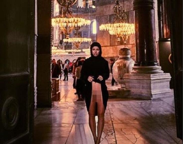 Eklat: Frau unten ohne in türkischer Moschee - UnserTirol24