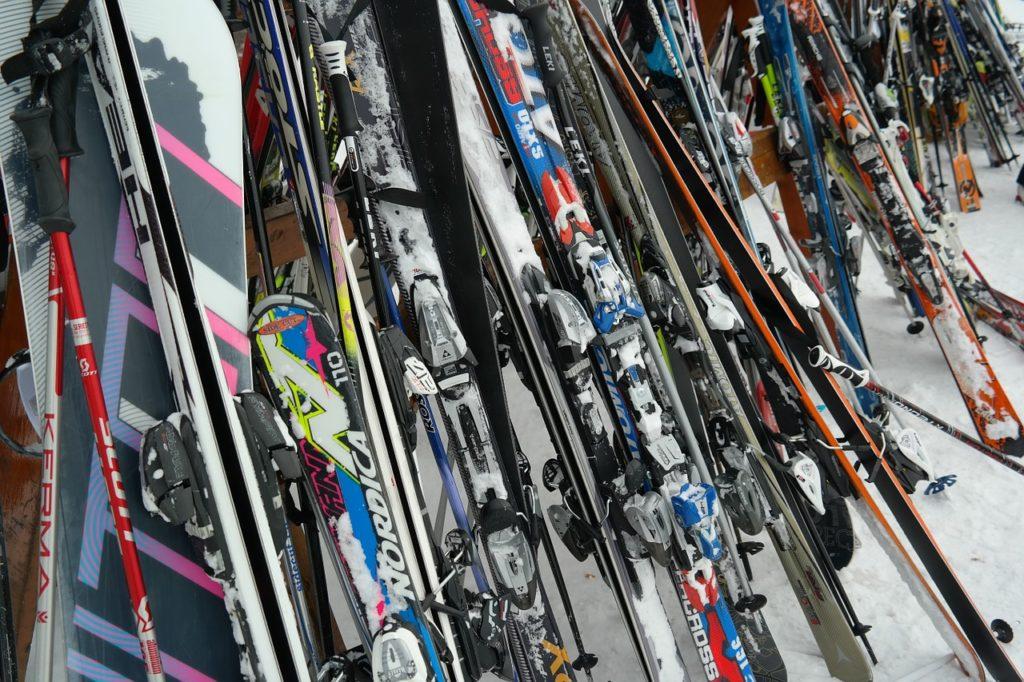Mehrere Skier und ein Snowboard gestohlen - unsertirol24
